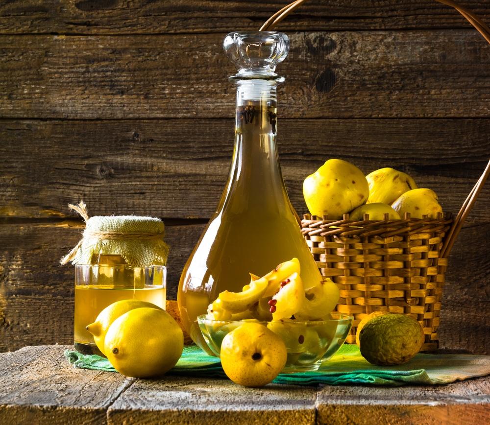 бутылка с настойкой из лимона