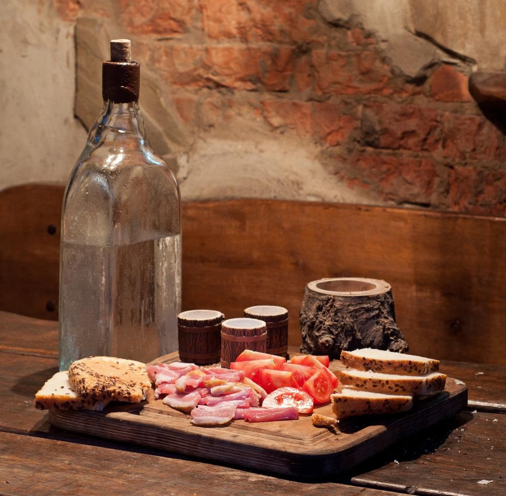 бутылка самогона и бекон