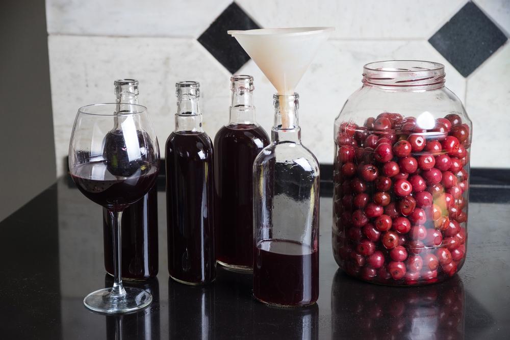 Процесс приготовления спиртовой настойки на вишне