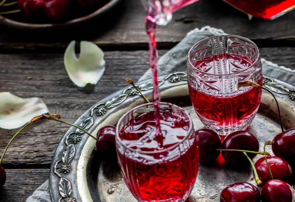 Вишневая настойка на спирту с  листьями