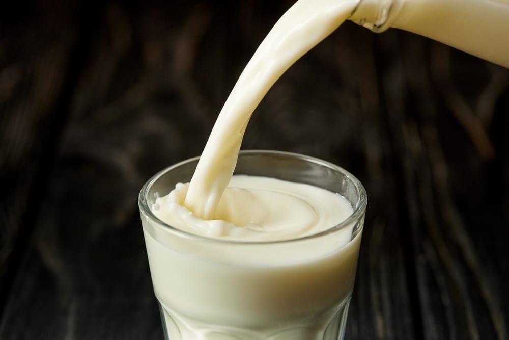 Очистка самогона от запаха молоком